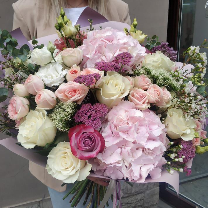 Нежные гортензии и розы